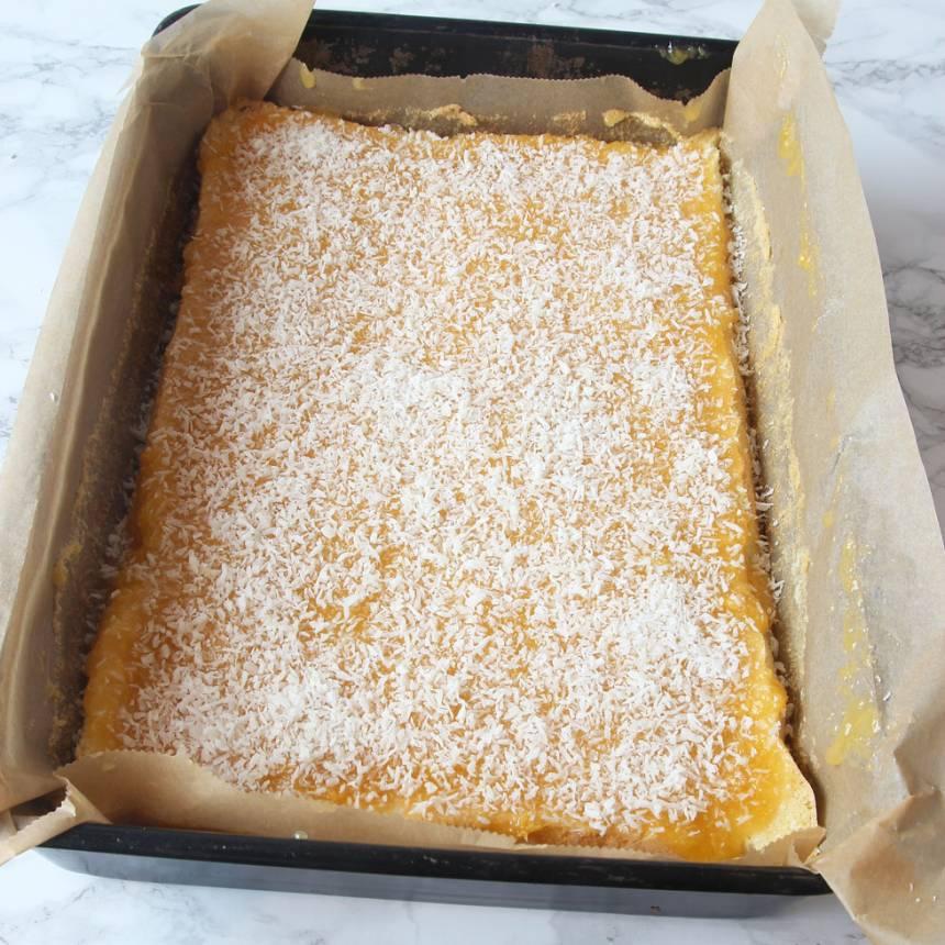 5. Bred ut glasyren på kakan. Strö över kokos och låt glasyren stelna. Skär kakan i rutor med en vas kniv.