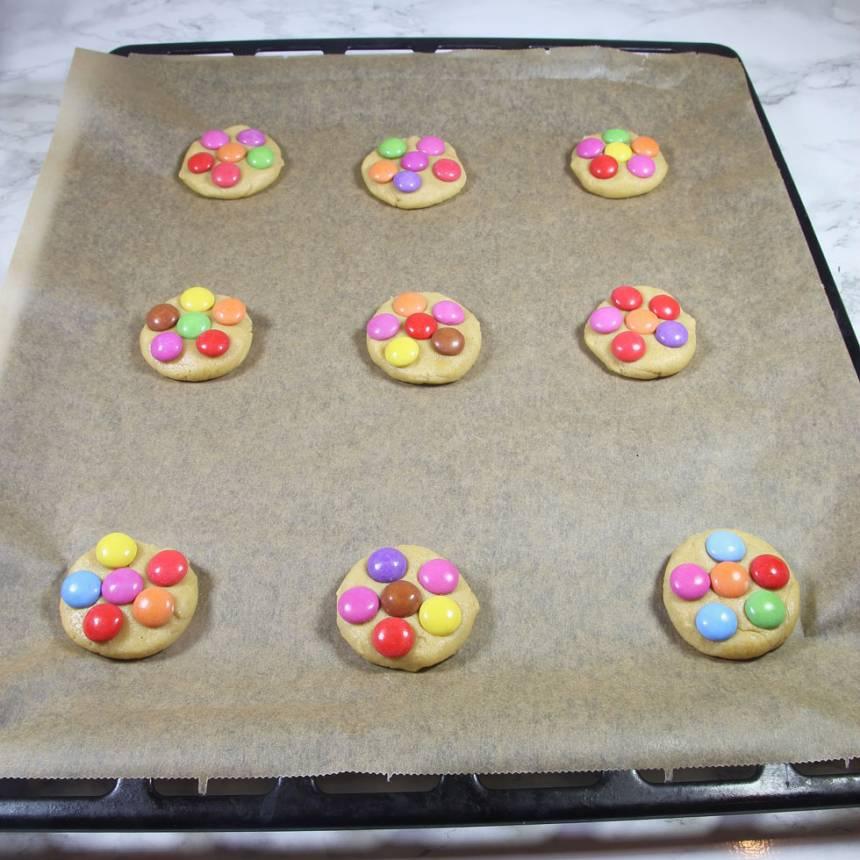 5. Lägg Smarties eller Non stop på kakorna (ca 5 st på varje kaka).