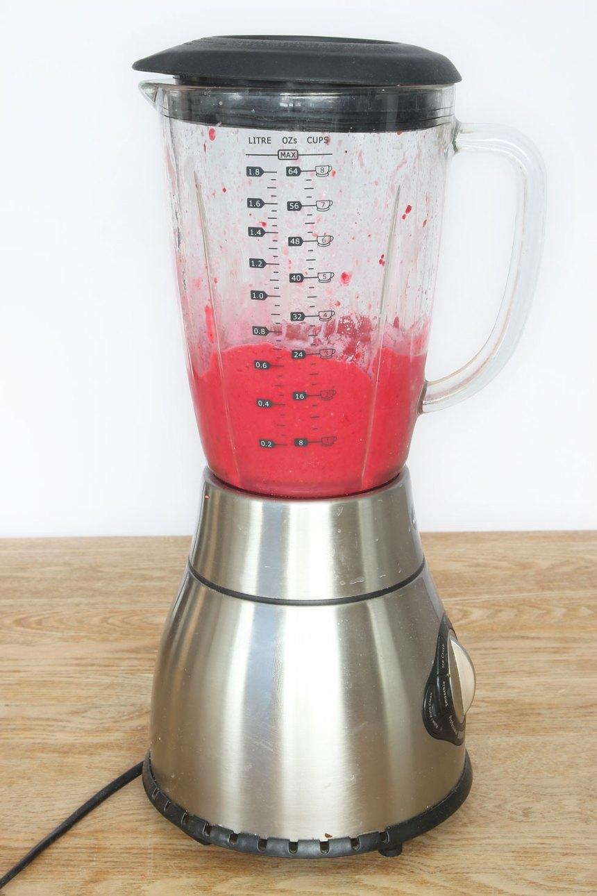 2. Lägg bananen och jordgubbarna i en mixer. Mixa frukten lite lätt. Tillsätt mjölken, lite i taget och mixa allt till en lagom krämig glass. Den är allra godast och krämigast när den är nygjord. Tänk på att den smälter snabbt! Täck glassen den med plastfolié om du fryser in den.