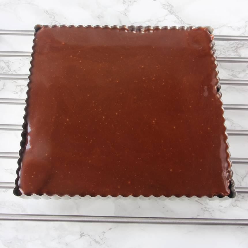 5. Häll fudgen över kakan och låt den stelna i kylen. Servera gärna med en klick vispgrädde.