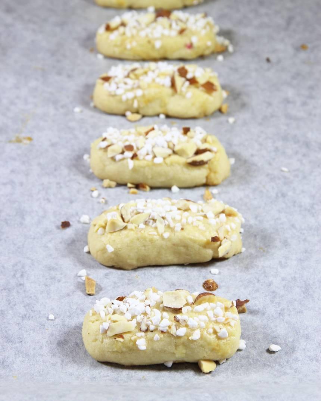 6. Grädda kakorna mitt i ugnen i 13–14 min. Låt dem svalna på ett galler.