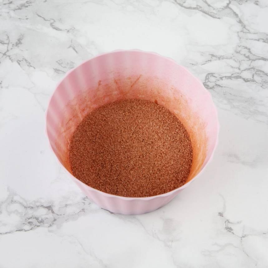 2. Blanda ihop kanel och strösocker i en skål.