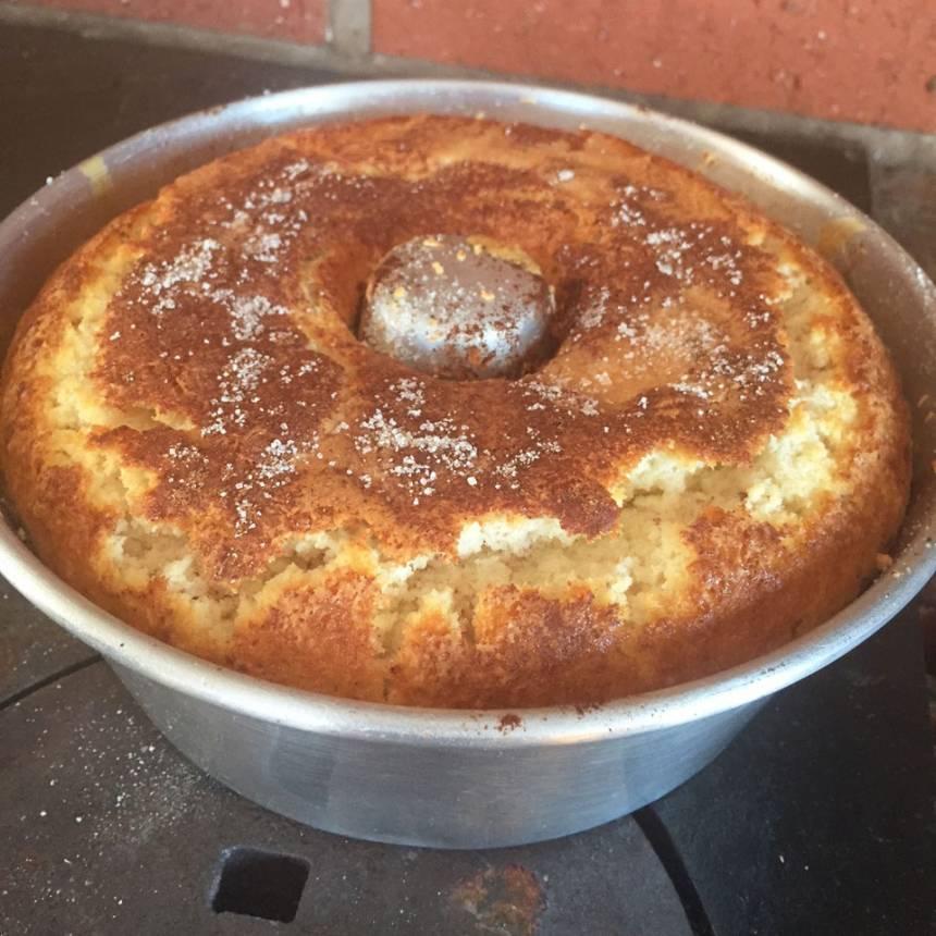 5. Grädda kakan längst ner i ugnen i 43–45 min. Låt den svalna i formen innan du stjälper upp den.