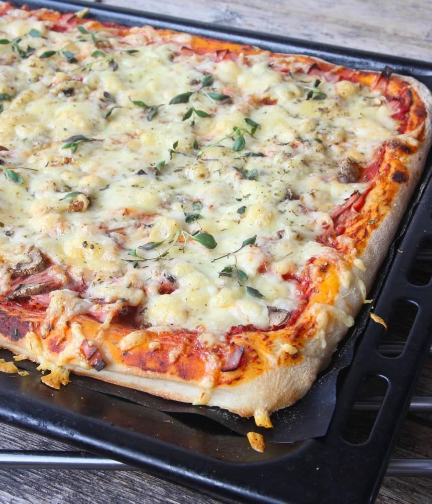 6. Grädda pizzan i 12–15 min. Skär den i rutor med en vass kniv.