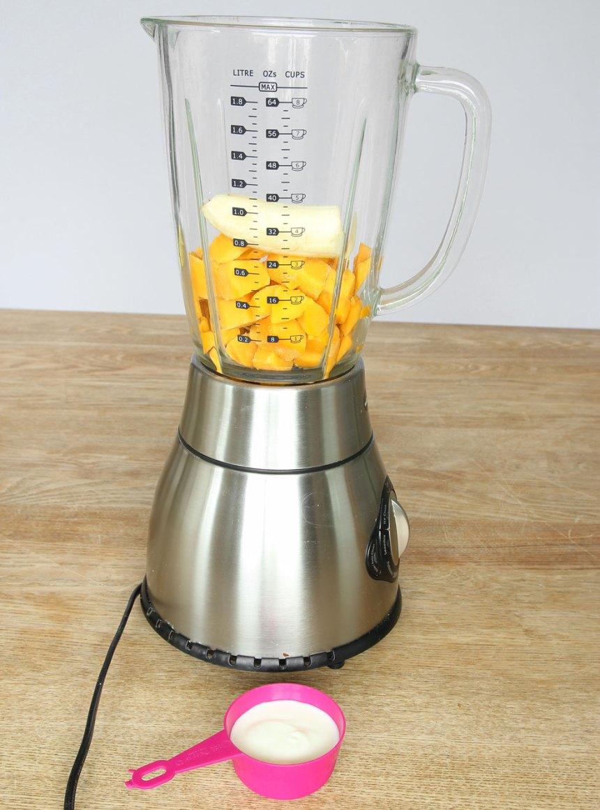 1. Mixa mangobitarna och bananen i en mixer till en krämig glass. (Om man vill kan man tillsätta några droppar mjölk). Låt frukten tina lite om det är svårt att mixa. Ät glassen direkt.