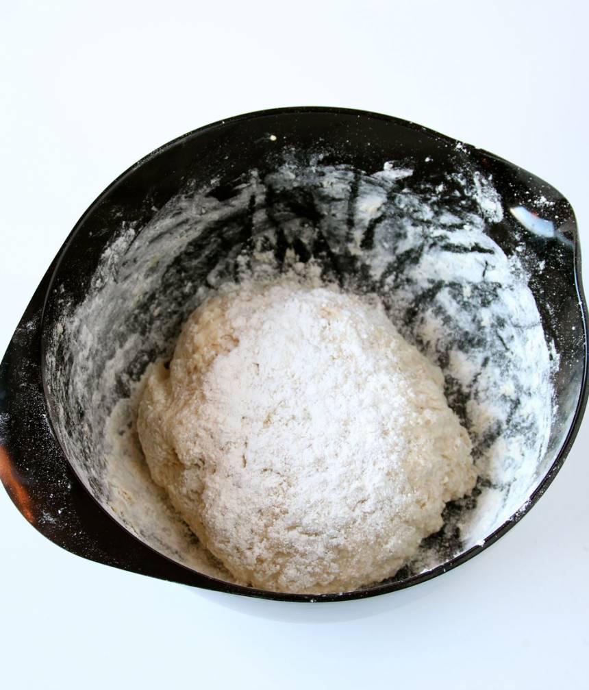 1. Smula ner jästen i en bunke och häll i mjölken. Blanda tills jästen lösts upp. Tillsätt havregrynen och vetekli och låt blandningen stå och dra i 5 min. 2. Tillsätt salt, rapsolja, rågmjöl och vetemjöl, lite i taget, och blanda ihop allt till en smidig deg. Knåda den i några minuter. Låt den jäsa under bakduk i ca 45 min.