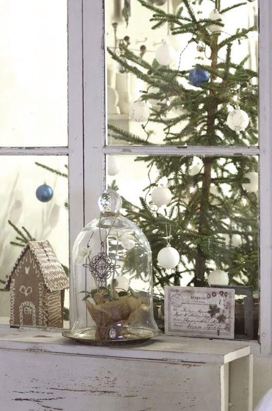 Stemingsfullt julepyntet vindu osteklokke