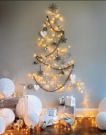 juletre på veggen med honeycombs gaver og lys