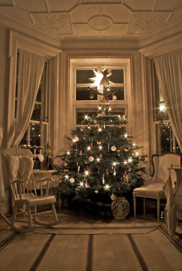 julepyntet juletre hvit stue høyt under taket