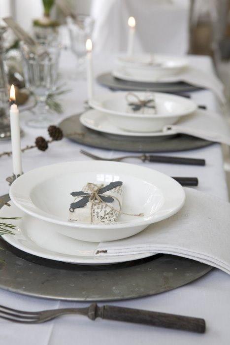 borddekking til jul med liten gave på tallerken