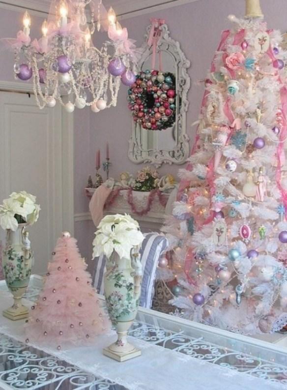 hvitt juletre med pastell pynt