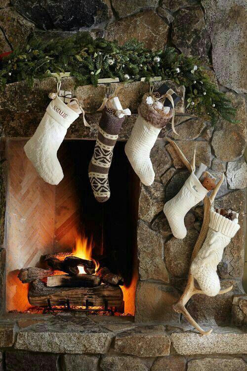 julestrømper på peis i naturell farger