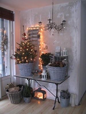 juletre med lys i grå kurv