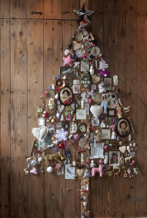 juletre på vegg med alt mulig pynt