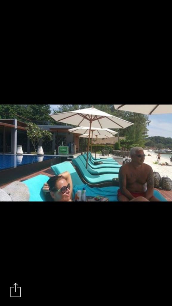 Akira Koh Lipe Linda og Geir på bassengkanten Pattaya Beach