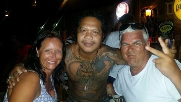 Koh Lipe Walking Street Linda og Geir med tattovøren som skulle ta Linda sin tatovering