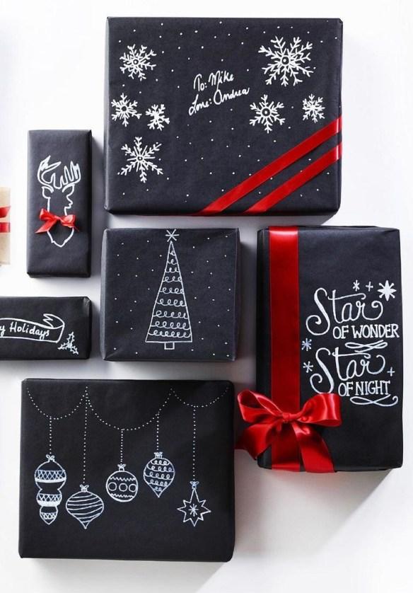 julegave-innpakking-sort-papir-med-hvit-penn-pynt