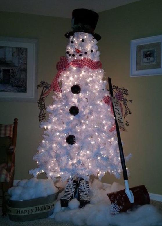 snomann-av-hvitt-juletre