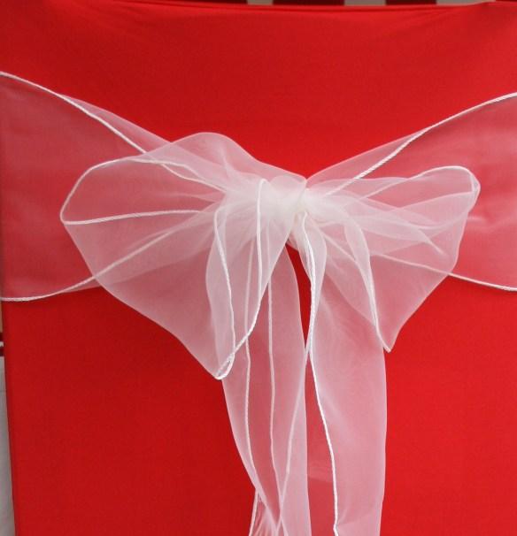 Rødt stoltrekk med creme organza closeup