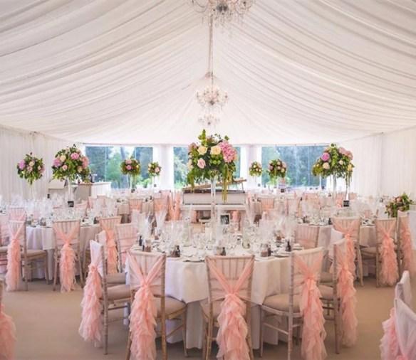 Stor dekorsløyfe rosa til stol - miljøbilde