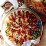 Ābolu-brūkleņu siera kūka ar karameļu mērci