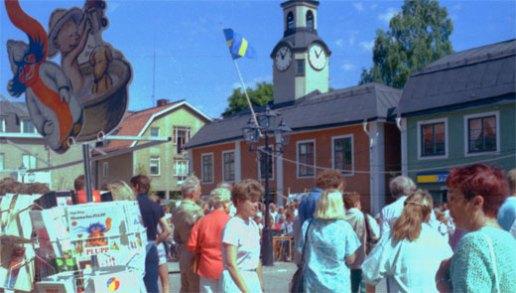 Folk på marsch en vacker majdag 1993 på Rådhustorget i Östhammar
