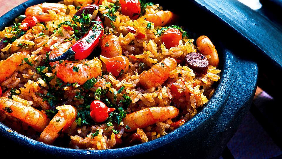 Topf mit Essen, Reis mit Huhn und Gemüse geschmort