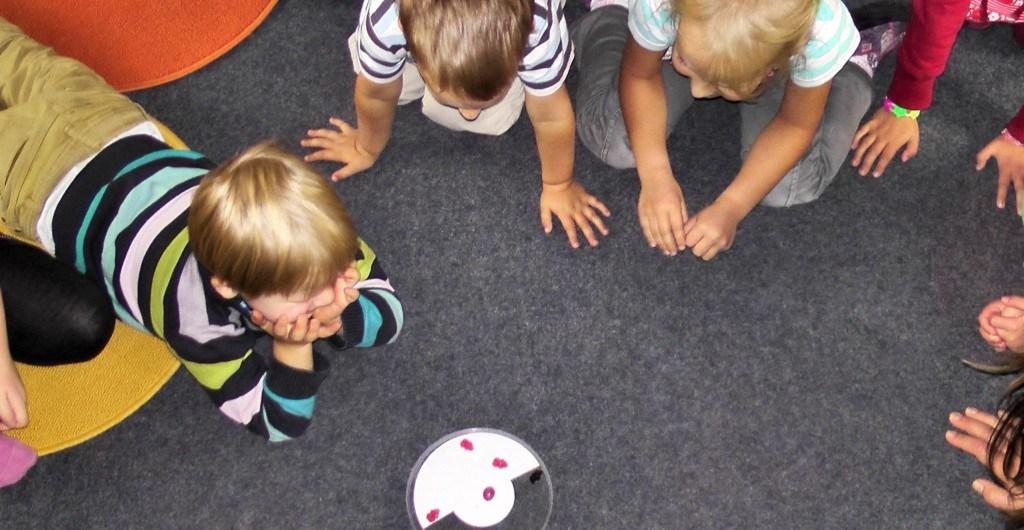 Kinder spielen und werden betreut