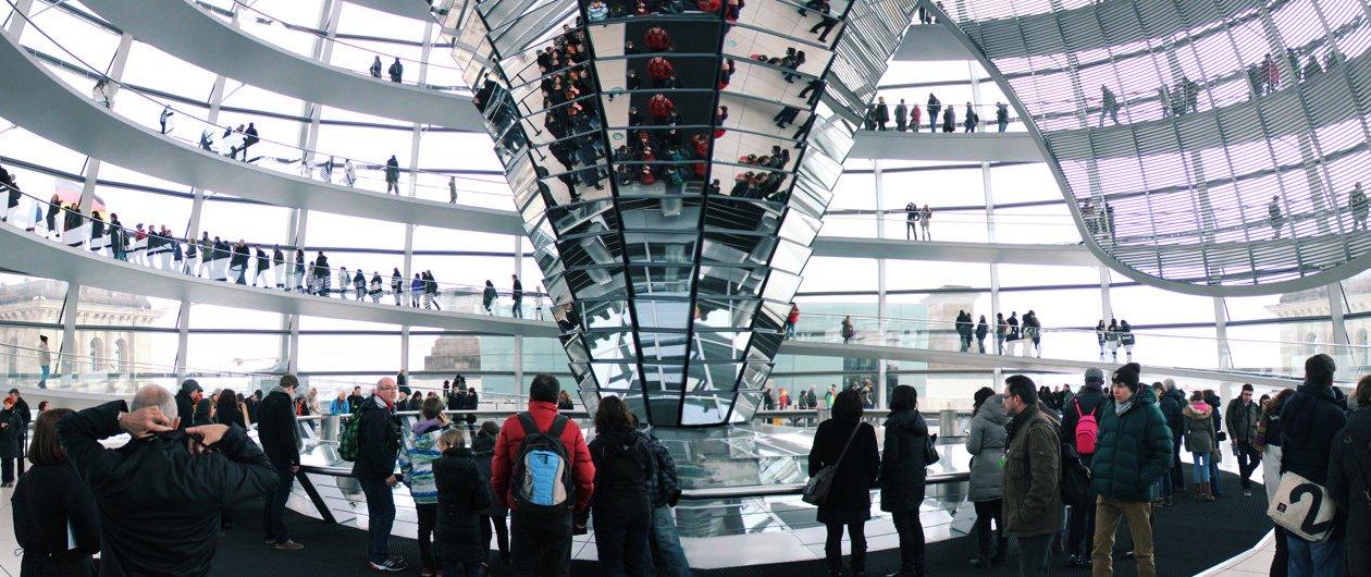 Besucher in der Glaskuppel Deutscher Reichstag