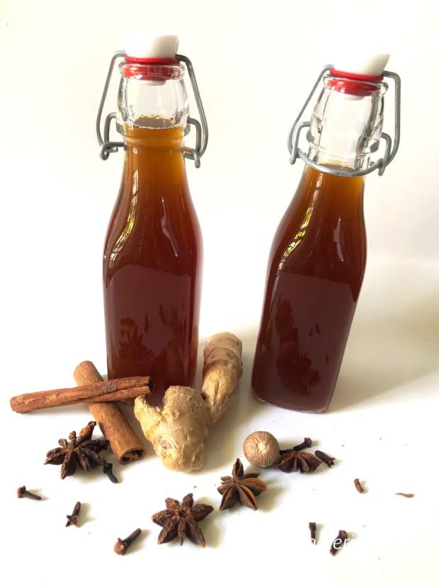 Zwei Flaschen Chai-Sirup mit verschiedenen Gewürzen