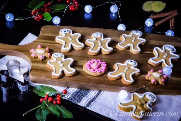 Gingerbread Honigkuchen auf Holzbrett mit Weihnachtsdekoration