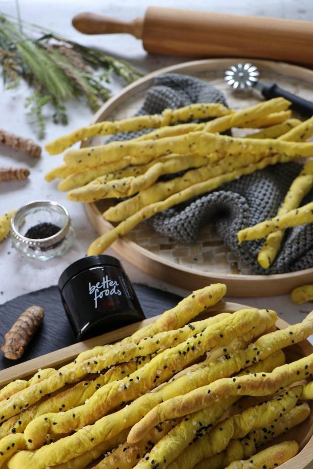 Kurkuma-Dinkel-Grissini  auf Tablett angerichtet mit   Curcumin von Betterfoods