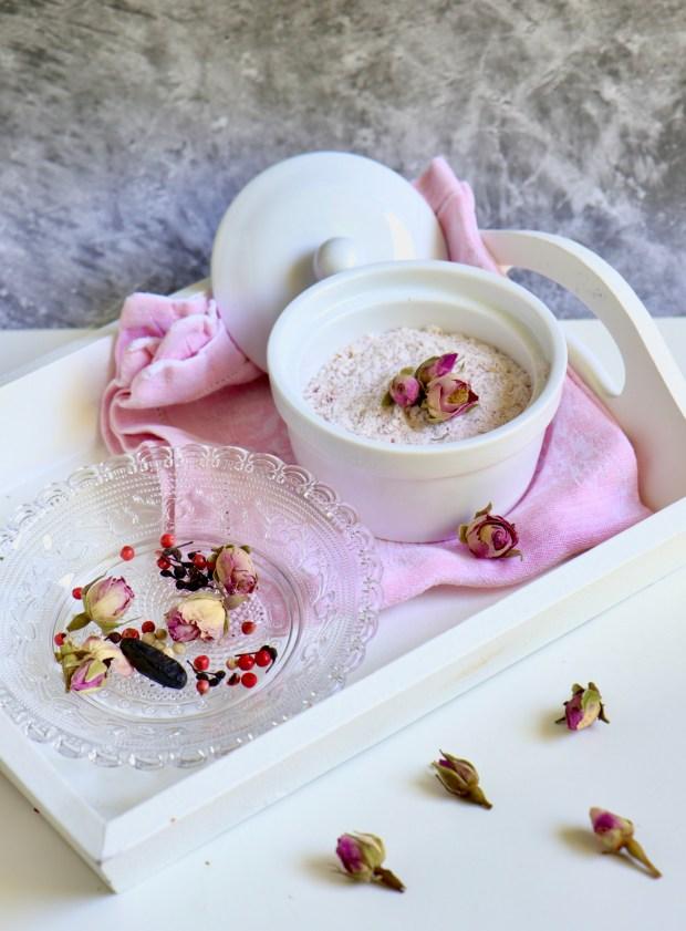 Rosenblüten-Gewürz auf einem Tablett mit   den einzelnen Gewürzen dekoriert