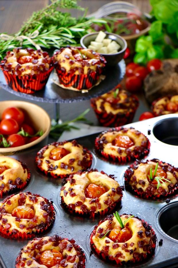 Eine große Menge Tomaten-Muffins auf Blech und Etagere