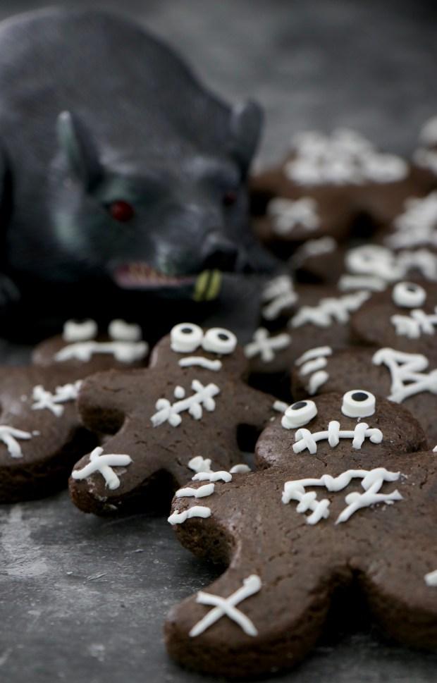 Gingerbad-Men auf Flatlay mit Ratte im Hintergrund