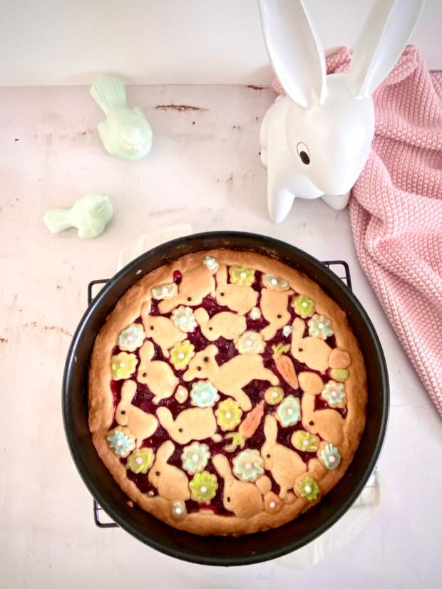 Kirschgrütze-Kuchen in Springform mit Oster-Dekoration auf dem Kuchen