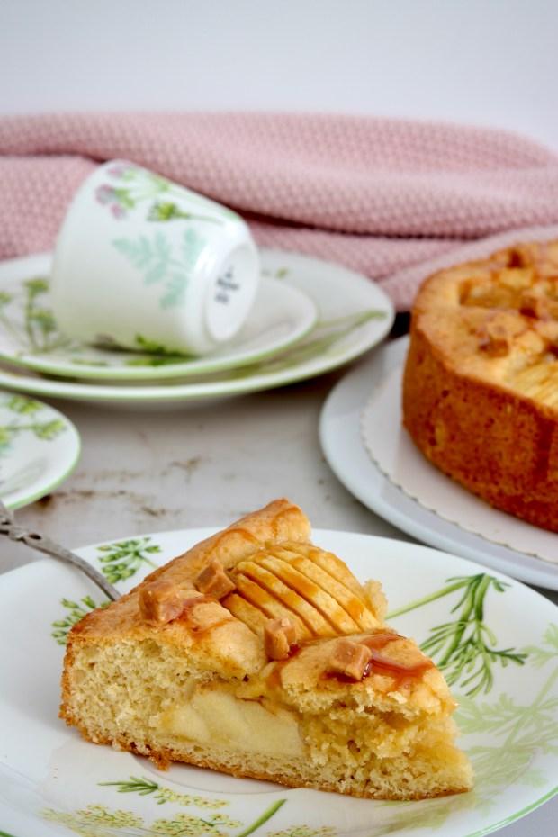 Apfel-Rührkuchen im Anschnitt auf Geschirr von Villeroy & Boch Althea Nova