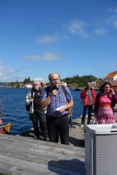 Ådne forteller fra dampskipsbrygga foran Møskedals hus