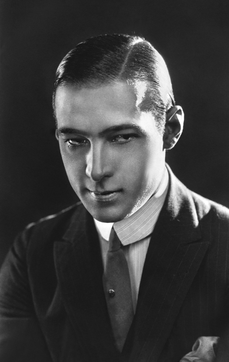 rudolph-valentino-1920s-mens-hairstyle-800x1262