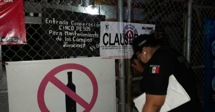 For not following protocols Civil Protection suspends softball game and closes stadium in Los Mochis.