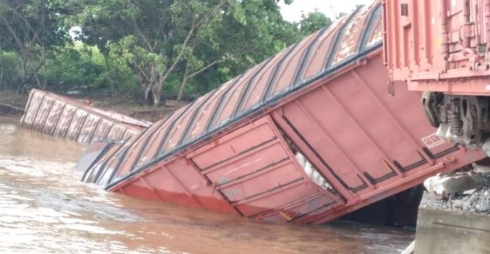 He did not resist!  Bridge collapses and train derails in San Ignacio;  there are four people injured.