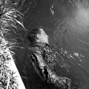 """""""Guardia de las SS muerto flotando en un canal"""", de Lee Miller (1945)."""