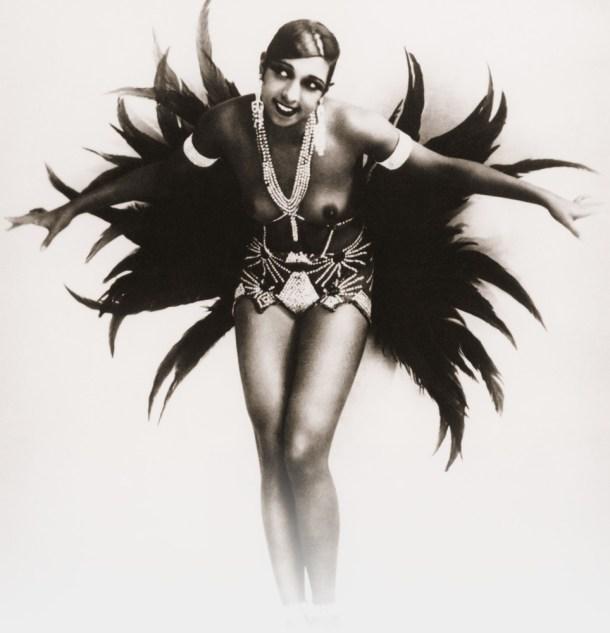 La indescriptible Josephine Baker en una postal promocional.