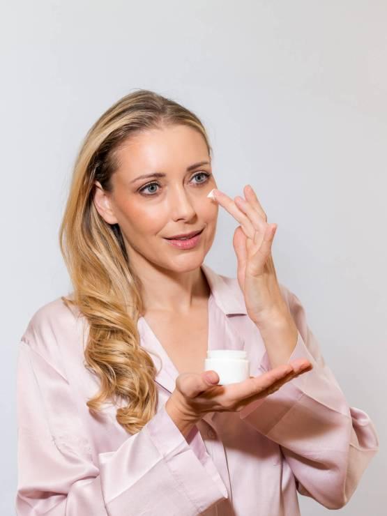 Cremetiegel mit Heki bei der Gesichtspflege
