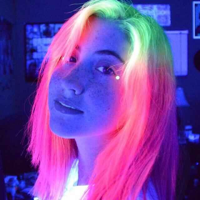 La-nueva-tendencia-del-cabello-que-brilla-en-la-oscuridad-2