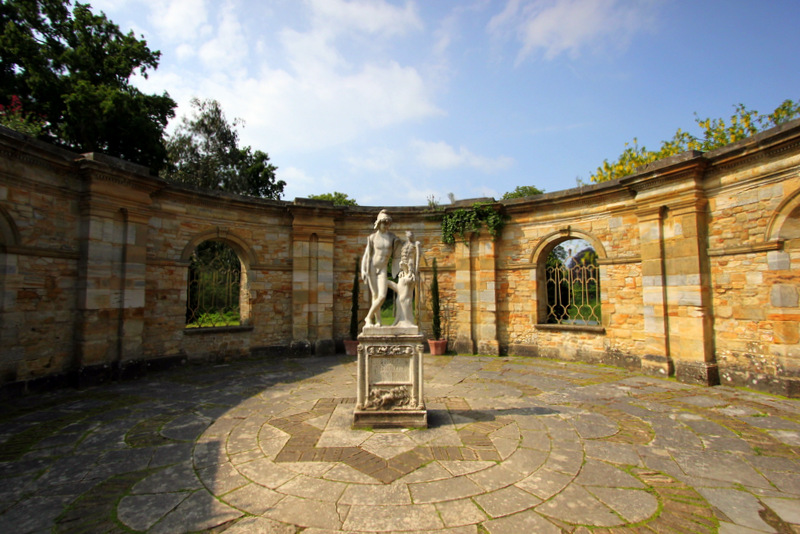 Hever-Castle-Statue-Courtyard