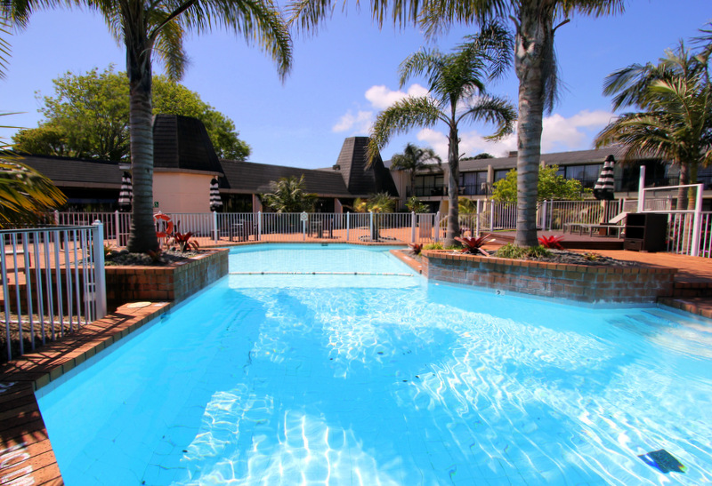 Holiday Inn Auckland Airport swimming pool