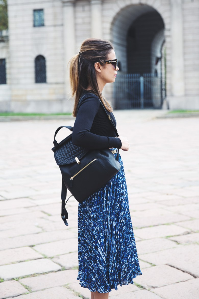 reiss_outfit-midi_pleated_skirt-cropped_top-backpack-street_style-mfw-14