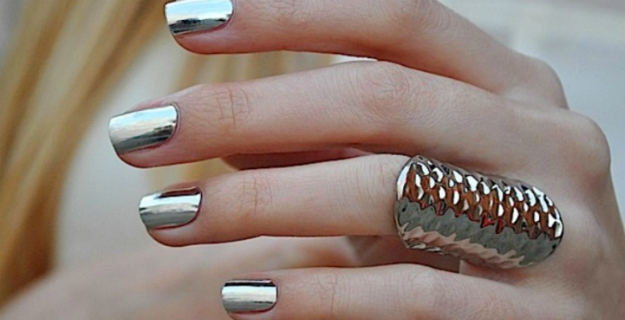 chrome-nails-fashion-diaries