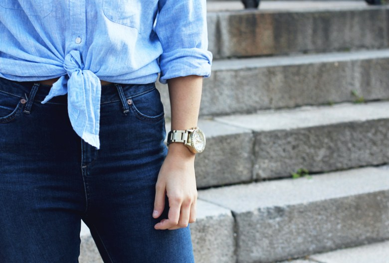 Knotted_Shirt-Jeans-Trench-Outfit-Coach-Street_Style-22